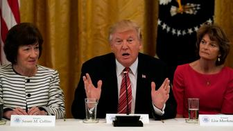 U.S. President Donald Trump meets with Senate Republicans about healthcare in the East Room of the White House in Washington, U.S., June 27, 2017. Trump is flanked by Senators Susan Collins (R-ME) and Sen. Lisa Murkowski (R-AK). REUTERS/Kevin Lamarque