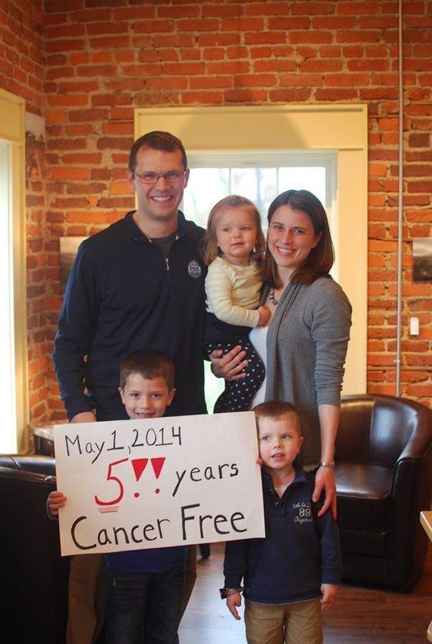 Celebración familiar por el quinto año sin cáncer de