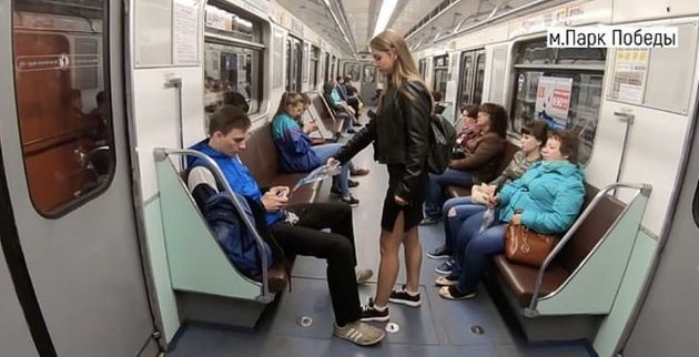 Ρωσίδα ακτιβίστρια πετάει χλωρίνη στους άνδρες που κάθονται με ανοιχτά