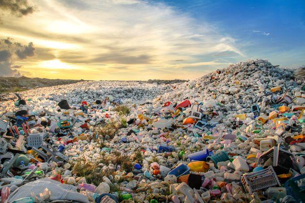 Wie ein Brite aus Plastikmüll Treibstoff machen