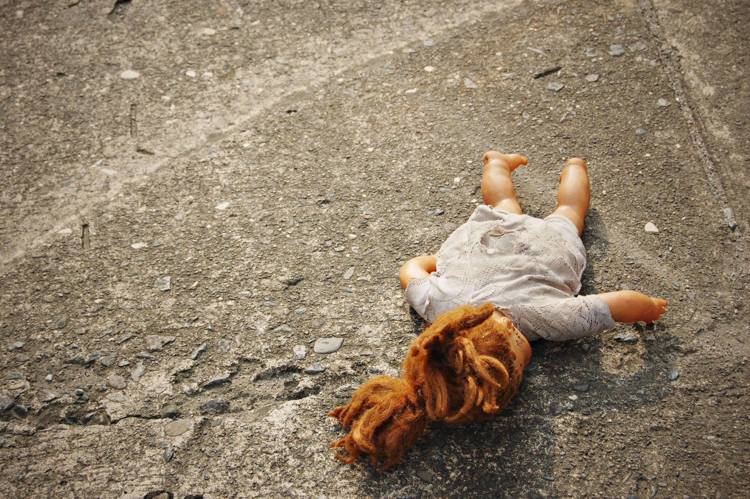 Auf der Straße: Mann glaubt, Babypuppe zu entdecken –plötzlich bewegt sie