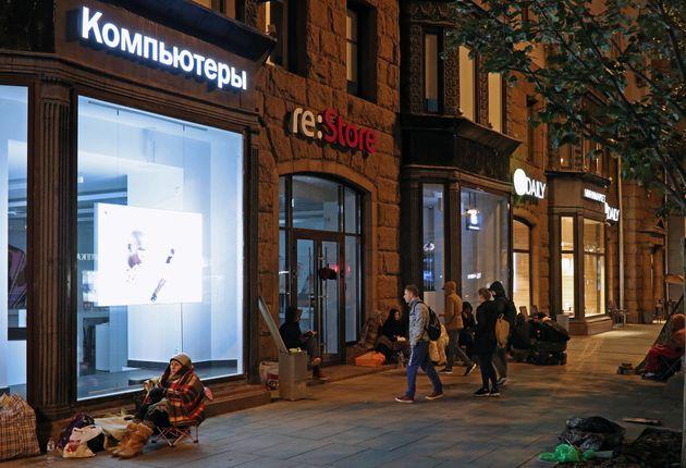 Ο αρχιψυχίατρος της Μόσχας συστήνει σε όσους στέκονται σε ουρές για να αγοράσουν iPhone, να πάνε να τους...