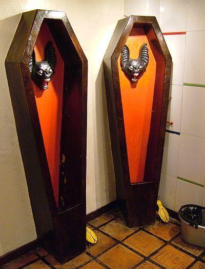 "This morbid urinal is located at <a href=""http://www.restaurantelajugueteria.com.co/"" target=""_blank"">the La Jugueteria Resta"