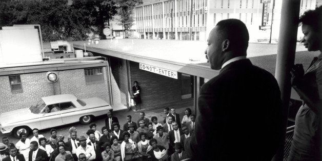 ALABAMA, BIRMINGHAM. 1962 GASTON HOTEL. MARTIN LUTHER KING JR SPEAKING TO SMALL CROWD. H