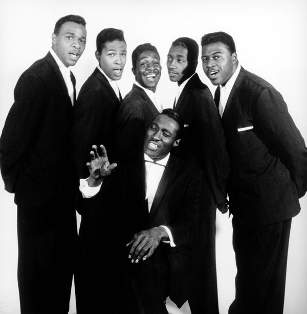 (L-R) Charles Barksdale, Marvin Gaye, James Nolan, Reese Palmer, Chester Simmons, and Harvey Fuqua (seated) of the doo wop gr