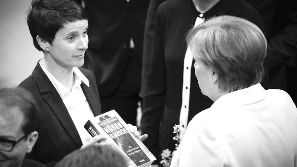 Bei ihrer Wahl zur Bundeskanzlerin schenkte Frauke Petry Angela Merkel das Buch