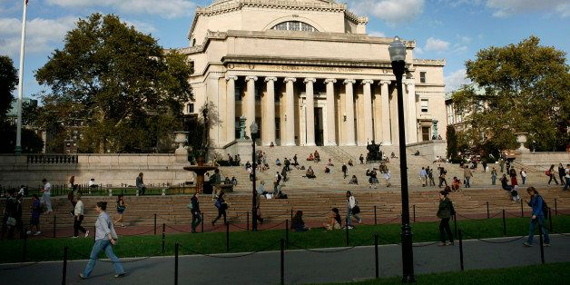 Students walk across the campus of Columbia University in New York, October 5, 2009. REUTERS/Mike Segar    (UNITED STATES)