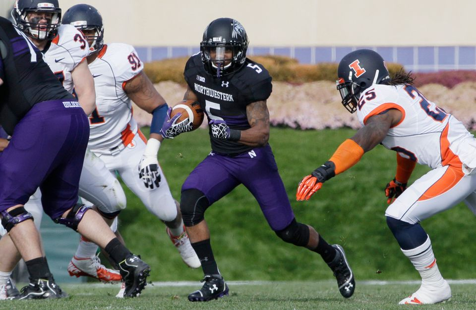 Northwestern running back Venric Mark (5) runs with the ball during the first half of an NCAA college football game against I