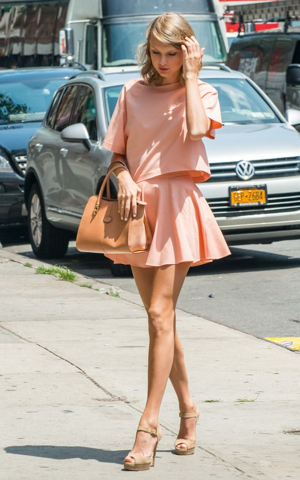 We love everything about this peach ensemble. That loose t-shirt belongs in our wardrobe.