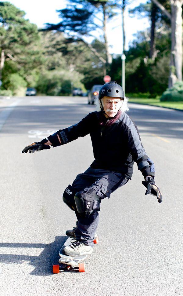 로이드 칸(Lloyd Kahn)은 65세에 처음으로 스케이트 보드를 탔다. 처음 보드에 올라탔던 순간, 그는 손을 다쳤다. 이후 그는 무릎과 팔꿈치 보호대, 헬멧을 장착한 후 스케이트 보드를 타기 시작했다. 지금 로이드는 7