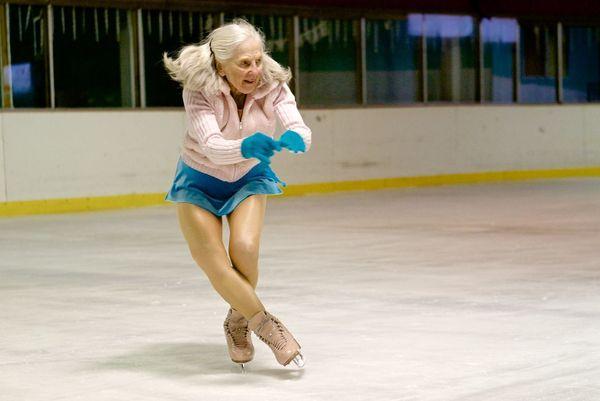 """이본 돌(Yvonne Dole)은 80세가 되던 해, 교통사고를 당했다. 당시 의사는 """"이제 스케이트를 그만 탈 때가 됐다""""고 조언했지만, 그는 89세인 지금까지도 빙판을 누비고, 대회에도 출전하고 있다."""