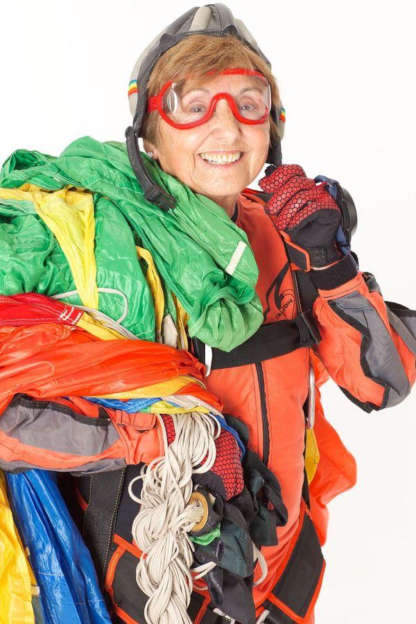 몬트세렛 메초(Montserrat Mecho)는 비행기에서 몸을 던질 때 가장 행복한 사람이다. 이제 80세인 그녀는 지난 몇년 동안 1천번이 넘는 점프를 기록했다. 스카이다이버인 그녀는 스키를 타기도 하고, 윈드서핑도 즐기