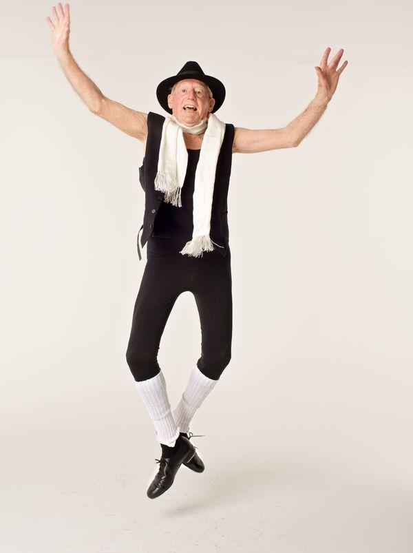 존 로(John Lowe)는 80세에 처음 발레를 시작했다. 94세인 지금 그는 전문적인 댄서로 무대에도 오르는 중이다.