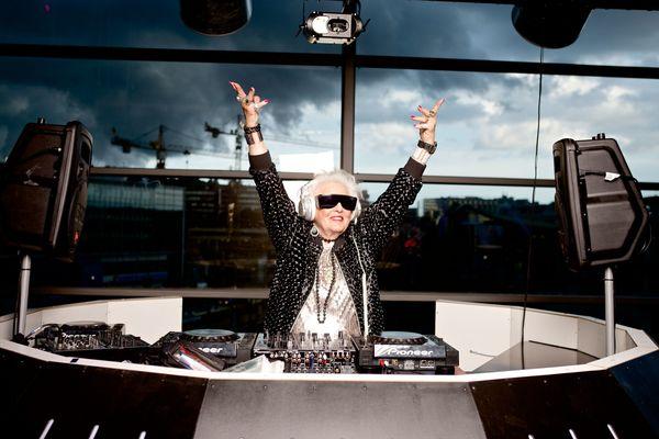 루스 플라워스(Ruth Flowers)는 68세가 되던 해에 DJ가 되어야 겠다고 결심했다. 73세인 그녀는 유명한 클럽에서 공연을 하는 DJ가 됐다. 하지만 지난해 5월 27일, 사망했다. 그녀의 마지막 싱글 앨범인 'Ki
