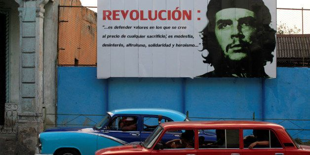 """A mural with an image of Revolutionary fighter Ernesto """"Che"""" Guevara is seen on a street in Havana May 18, 2016. REUTERS/Enri"""