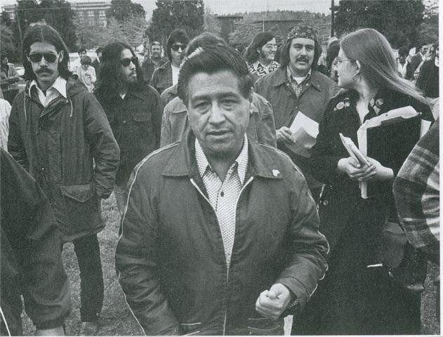 description 1 César Chávez visitas colegio César Chávez en 1974, un año después de la escuela abrió.  estaba allí para mostra
