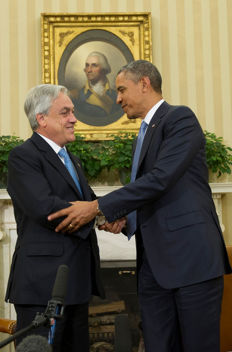 US President Barack Obama (R)shakes hands during a bilateral meeting with Chilean President Sebastian Pinera at the White Hou