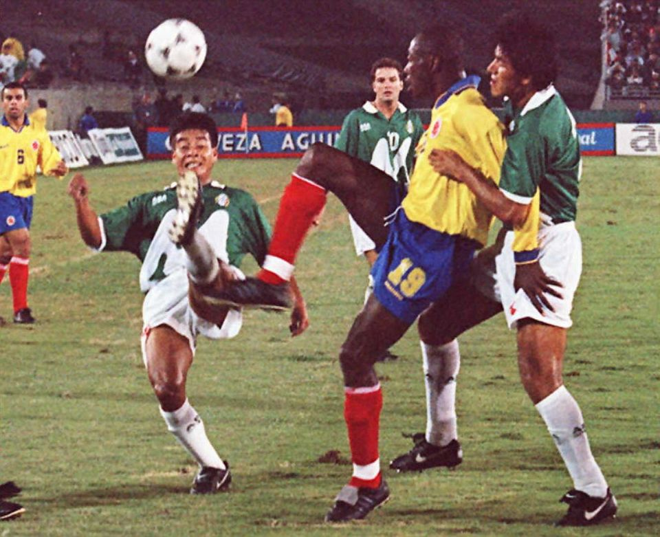 LOS ANGELES, UNITED STATES:  Alberto Coyote of Mexico's national soccer team (L) and Freddy Rincon of Colombia's national soc