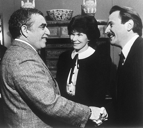 Gabriel Garcia Marquez (L) shakes hands with French writer Regis Debray (R) while Danielle Mitterrand, the wife of French Pre