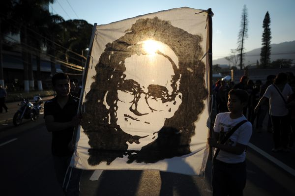 <em>People march in San Salvador on March 16, 2013, during the commemoration of the 33th anniversary of the death of Monsigno
