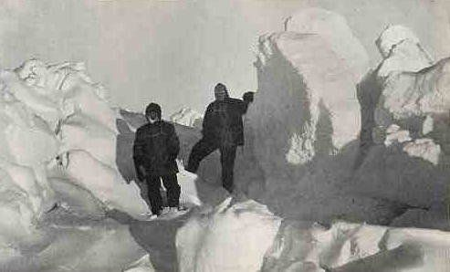 Description Frank Wild et Ernest Shackleton sur le pack | Source This photograph was taken by Frank Hurley during the Imperia