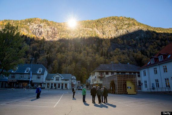 "<a href=""http://www.huffingtonpost.co.uk/2013/10/24/norwegian-town-three-massive-mirrors-sunlight-_n_4154074.html"">The town o"