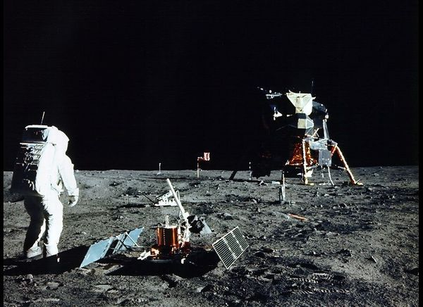 Aldrin assembles seismic experiment