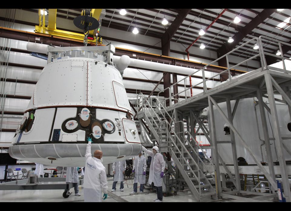 "The <a href=""http://www.spacex.com/SpaceX_Brochure_V7_All.pdf"" target=""_hplink"">Dragon capsule</a> is only about 20 feet long"
