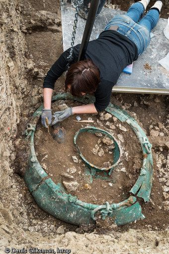 Excavation of a bronze cauldron of a meter in diameter from the tomb.
