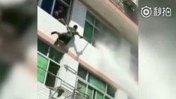 China: Frau will sich aus Fenster stürzen – dann greift ein Feuerwehrmann zum Wasserschlauch