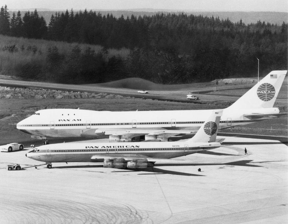 팬 아메리칸 항공에 인도될 첫 번째 보잉 747(초도기)가 워싱턴주 에버렛 공장에 대기하고 있는 모습. 바로 앞에는 그 때까지 국제노선 주력 여객기로 쓰였던 보잉 707-321B가...
