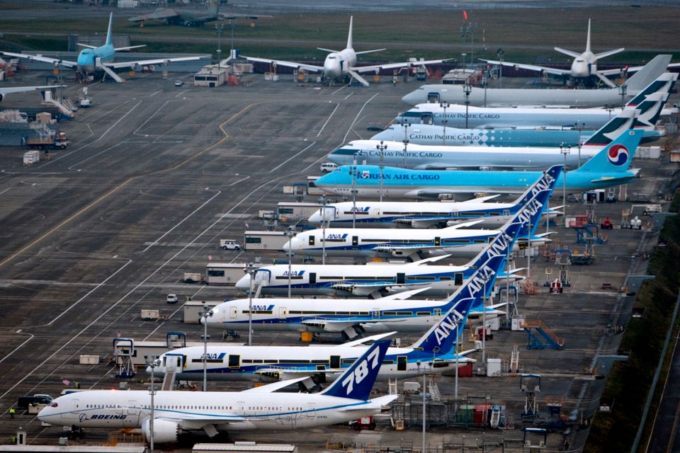 미국 워싱턴주 에버렛에 위치한 보잉 공장에 보잉 787 드림라이너(ANA 도장)들이 대기하고 있다. 그 뒤로는 각각대한항공, 캐세이퍼시픽항공 도장의 747-8 화물기들이...