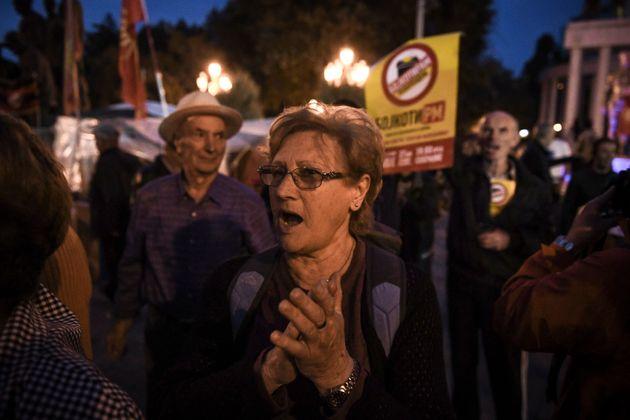 Συγκέντρωση οπαδών του «όχι» στα Σκόπια μετά τις πρώτες ανακοινώσεις αποτελεσμάτων του