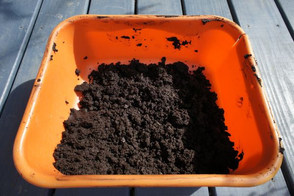 Apply lint mulch to indoor or outdoor plants to help their roots stay warm and retain water. In the winter, mulch helps plant