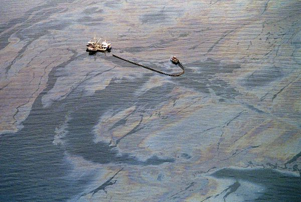 VALDEZ, UNITED STATES:  An oil skimming operation works in a heavy oil slick near Latouche Island in the southwest end of Pri