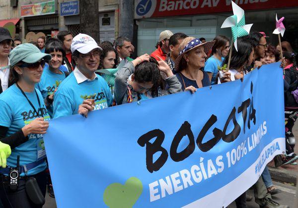 구스타보 페트로(왼쪽에서 두번째) 보고타 시장이 참가자들과 함께 행진하는 모습.