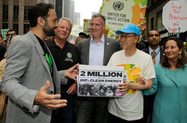 이번 행진을 기획한 시민단체 아바즈(Avaaz)에서 일하는 리켄 파텔 사무총장이 서명지를 반기문 총장에게 전달하고 있다.