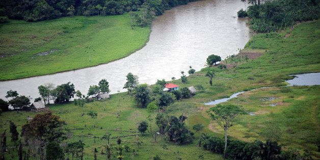 TO GO WITH AFP STORY BY OSCAR NUNEZ OLIVAS - Aerial view of the San Juan River, natural border between Costa Rica (R) and Nic