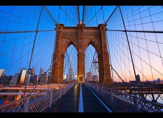 <em>Photo Credit: Rudy Balasko / Shutterstock</em> <br> 위치 : 미국 뉴욕 <br> 1883년 5월, 14년 동안의 공사 끝에  브루클린 브리지가 모습을 드러냈다. 곧 이 다리는