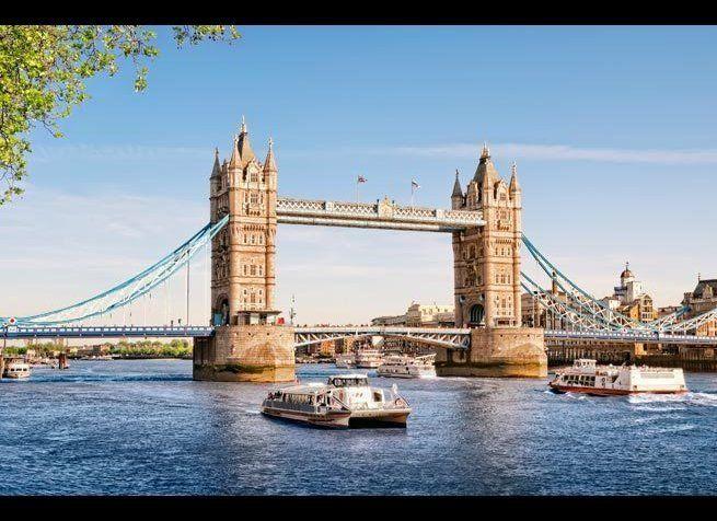 <em>Photo Credit: r.nagy / Shutterstock</em> <br> 위치 : 런던 <br> 타워 브리지는 도개교와 현수교를 접목한 고딕 스타일의 다리다. 템스 강을 가로지르는 이 다리는 1886년에 준공