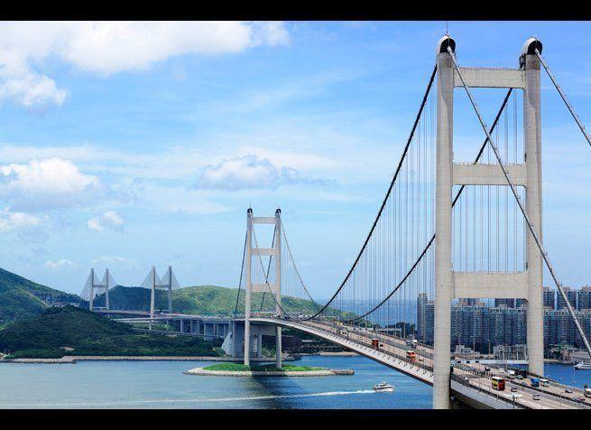 <em>Photo Credit: leungchopan / Shutterstock</em> <br> 위치 : 홍콩 <br> 칭마대교는 자동차와 기차가 다 지나갈 수 있는 세계에서 가장 긴 현수교다. 홍콩 란타우섬과 홍콩섬을 이