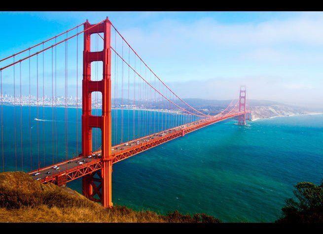 <em>Photo Credit: Pal Teravagimov / Shutterstock</em> <br> 위치 : 미국 샌프란시스코 <br> 1937년에 처음 공개되었을 때는 길이가 1.3.km로 세계 가장 긴 현수교였다.