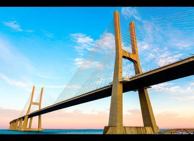<em>Photo Credit: 1shostak | Dreamstime.com</em> <br> 위치 : 포르투갈 리스본  18km에 가까운 길이를 자랑하는 바스코 다 가마 브리지는 건축계의 신화라고 할 수 있다. 다리의 길