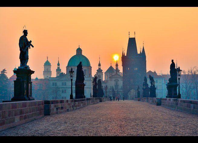 <em>Photo Credit: Vitaly Titov & Maria Sidelnikova / Shutterstock</em> <br> 위치 : 체코 프라하 <br> 찰스 브리지는 1357년에 찰스 4세가 그 건축을 의뢰해