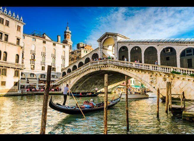 <em>Photo Credit: Mapics | Dreamstime.com</em> <br> 위치 : 이탈리아 베니스 <br> 베니스 대운하를 가로지르는 리알토 다리는 3년의 준공을 거친 후 1591년에 개장했다. 다리를 주