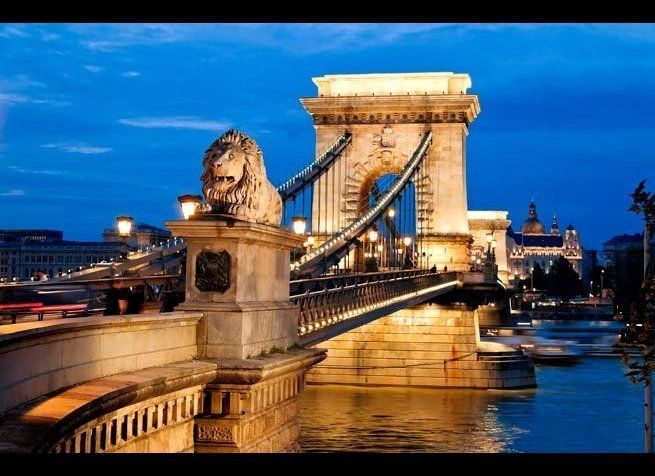 <em>Photo Credit: Lisa S. / Shutterstock</em> <br> 위치 : 헝가리 부다페스트 <br> 다뉴브강 양쪽에 있는 부다 지역과 페스트 지역을 처음으로 이은 다리가 바로 체인 브리지다. 184