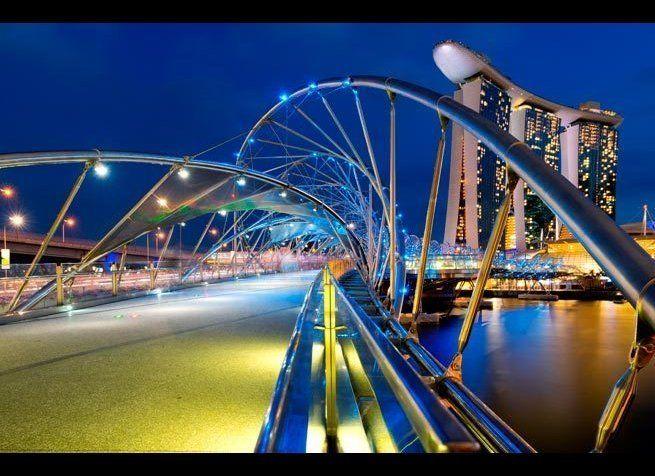<em>Photo Credit: Chris Howey / Shutterstock</em> <br> 위치 : 싱가포르 마리나 베이 <br> 세계 최초 커브 다리인 헬릭스 다리는 2010년에 개장할 때 DNA 다리라고 불릴 뻔했