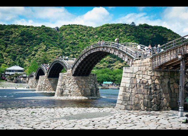 <em>Photo Credit: antb / Shutterstock</em> <br> 위치 : 일본 이와쿠니 <br> 태풍과 홍수로 강물이 자주 넘치는 니시키 강에 영구적인 건축물을 유지하기는 쉽지 않다. 그래서 긴타이쿄는