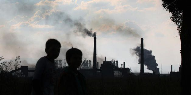 Sofia, BULGARIA:  TO GO WITH AFP STORY 'Bulgaria's biggest industrial polluters struggle to meet EU eco norms' Children walk