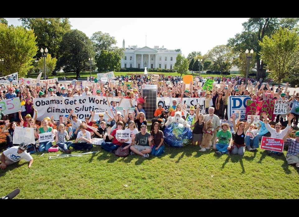 Activists mass in front of the White House to urge President Obama to pass clean energy policies.  Photo credit: 350.org/Ji